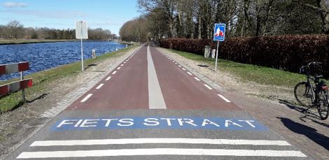 """<span><em style=""""font-size: 12pt;"""">Begin fietsstraat bij de onverharde zijstraat Groningerweg.&nbsp;</em></span>"""