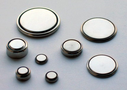 "BUTTON/COIN CELL BATTERIES<br><br><span style=""font-size: 8pt;"">By Gerhard H Wrodnigg - Own work, CC BY-SA 2.5, https://commons.wikimedia.org/w/index.php?curid=542636</span>"